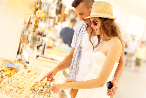 couple-buying-souvenirs