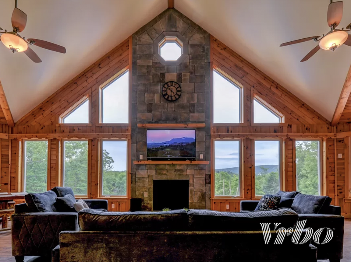 pocono-mountains-symmertical-living-room-view
