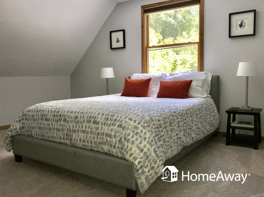 asheville-queen-bed-in-room