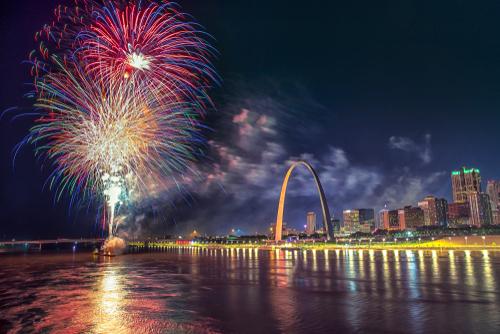 st-louis-gateway-arch-fireworks